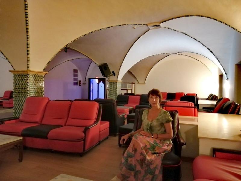 покрытый узорами мозаики просторный зал со сводчатыми потолками и столиками с мраморными столешницами... Кружевной, ажурный стиль, присущий этой культуре, изобилие мозаики просто покоряют! В Тунисе моя любовь к прекрасному расцвела буйным цветом. Здесь всё радовало глаз и душу: индийские столики с изысканной резьбой по дереву, великолепные ковры мозаик, украшающие стены помещений, покрытый узорами мозаики просторный зал со  сводчатыми потолками и столиками с мраморными столешницами... Всё здесь необычно и сказочно!