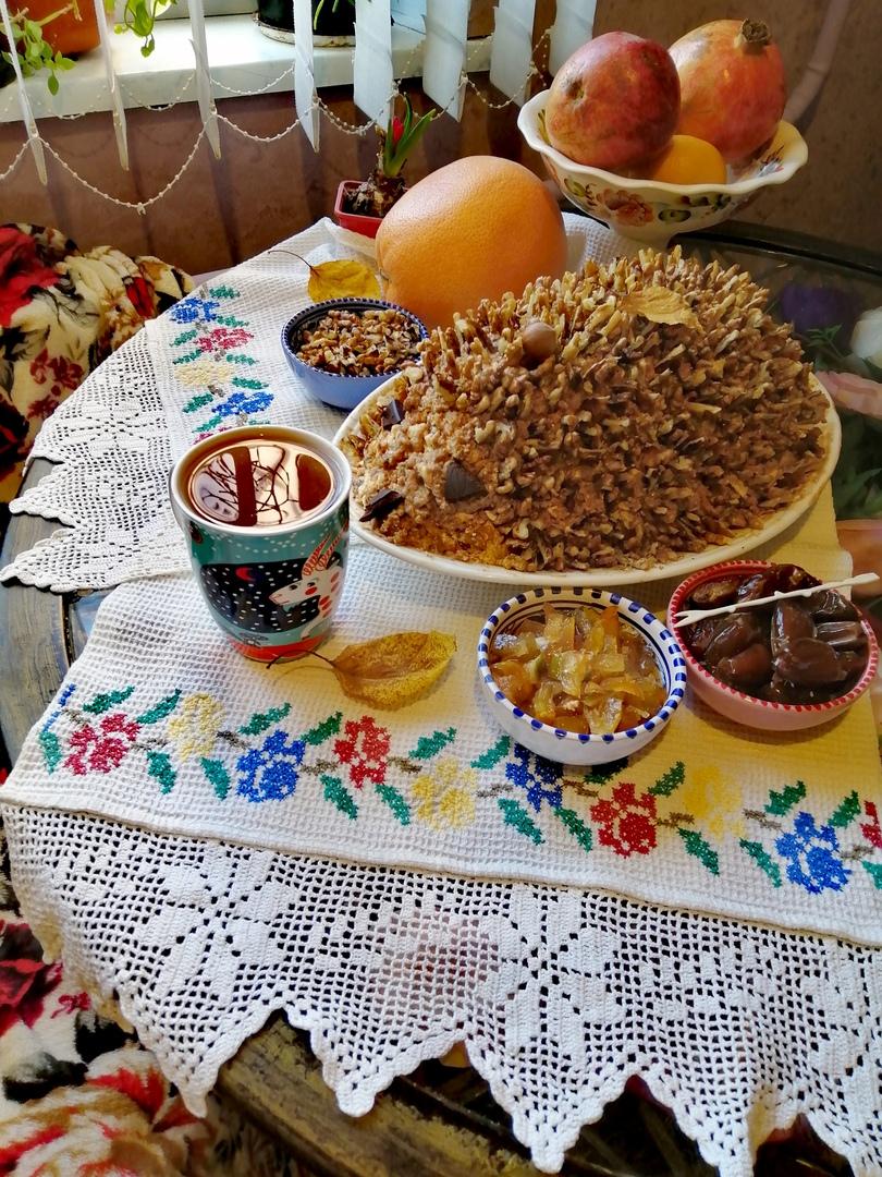 """На папин день рождения собралась вся семья, и я не могла не сделать нашего фирменного """"Ежа"""". А вместе с чаем и вареньем из наших ароматных яблок и тунисских цитрусов торт стал ещё вкуснее!"""