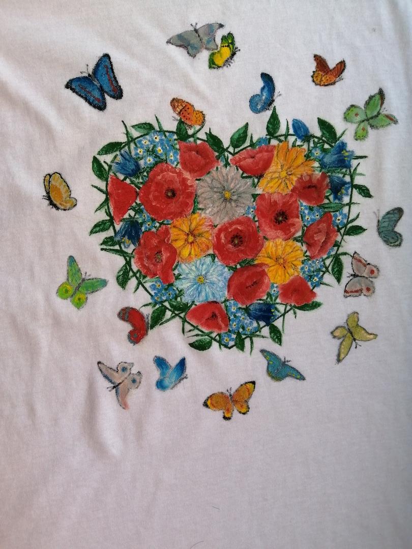 Сделала себе майку, как и ту, что подарю подруге, но плюс ещё одна бабочка.) Бабочек много не бывает.))