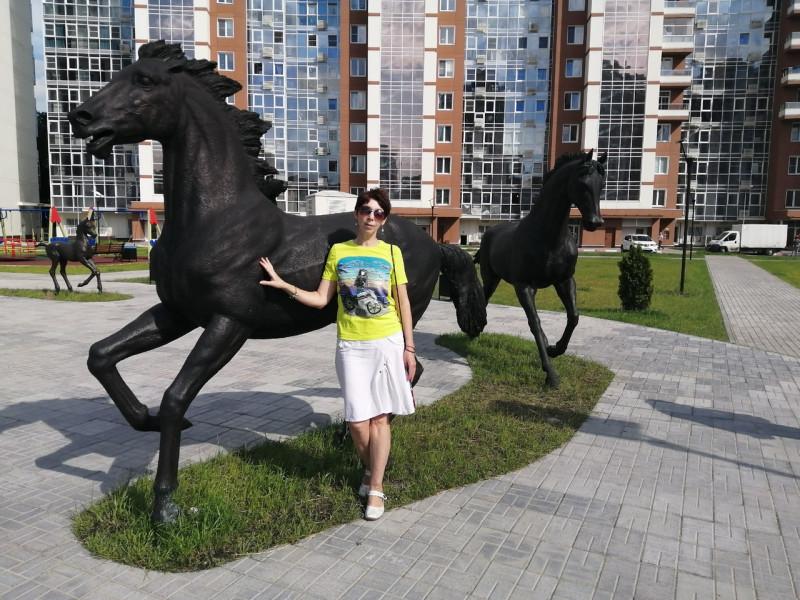 """""""Мои мысли - мои скакуны...""""В одном из дворов встретила неожиданно целый табун лошадей. А так как по гороскопу я - огненная лошадка, то сразу же рванула к своим!😊❤"""