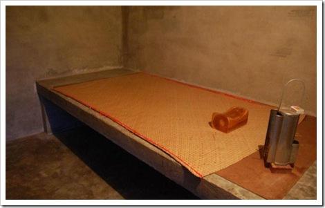Кроватка с деревянной подушкой