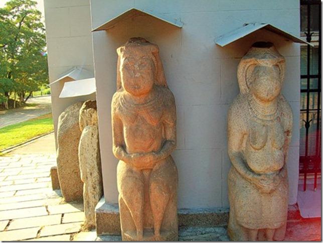 Скифские бабы под Историческим музеем