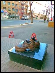Памятник стоптанным башмакам