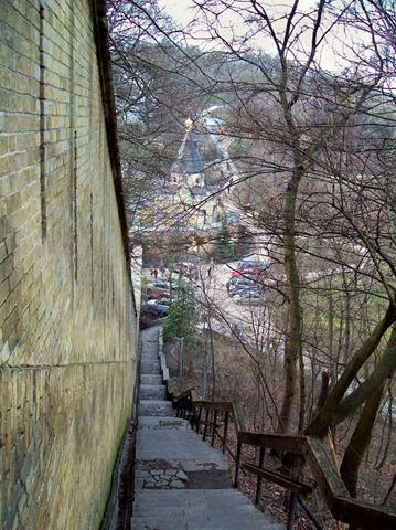 Вид с лестницы на нижние ворота Печерской лавры