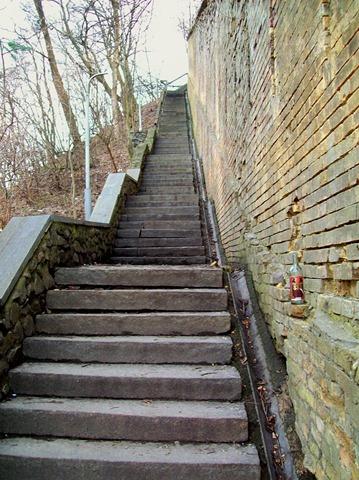 Лестница вдоль стены Печерской лавры