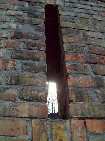 Бойница в крепостной стене Печерской лавры