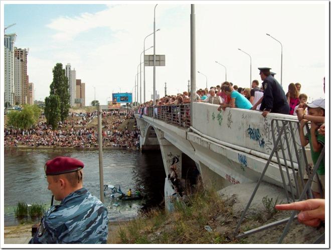 Киев.1 Red Bull Flugtag--Зрители на мосту