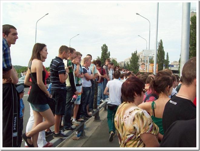 Киев.1 Red Bull Flugtag--Зрители на отбойнике моста