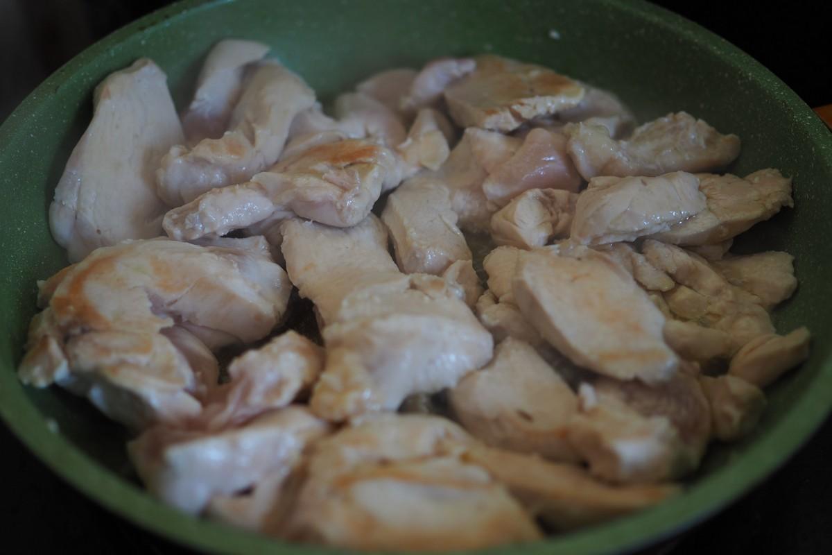 Куриная грудка в соевом соусе с кунжутом