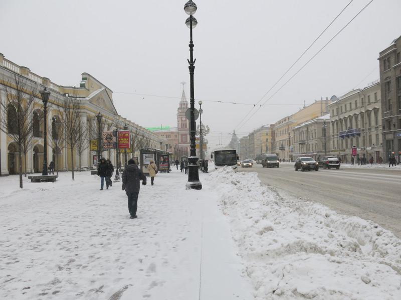 Что-то удивительное происходит в Петербурге с коммунальными службами. Выпавший снег потихонечку убирают и вывозят.