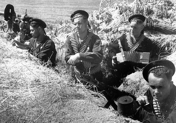 BlackBerets-soviet-naval-infantry-germans-called-them-Black-Death