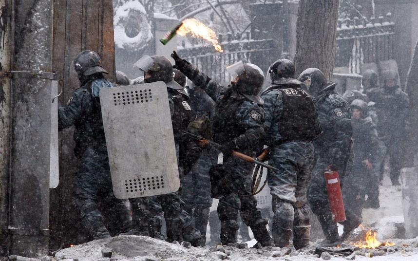 kiev-police-moloto_2799639k