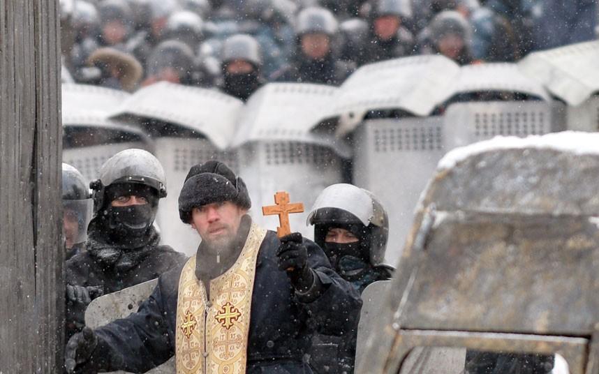 ukraine-priest_2798712k