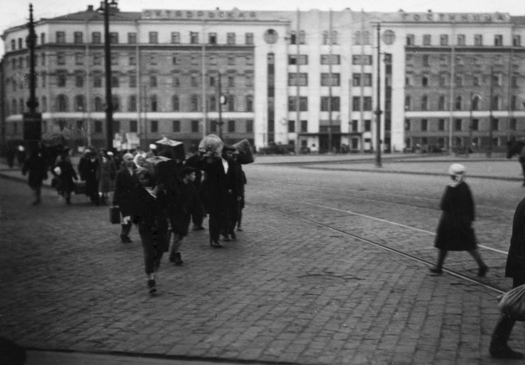 Gateliv_i_Sovjetunionen_-_På_Flyttefot_(1935)