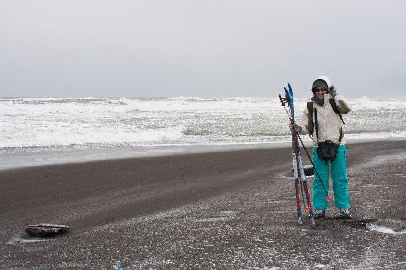 Тихий океан, чёрный песок, лыжи