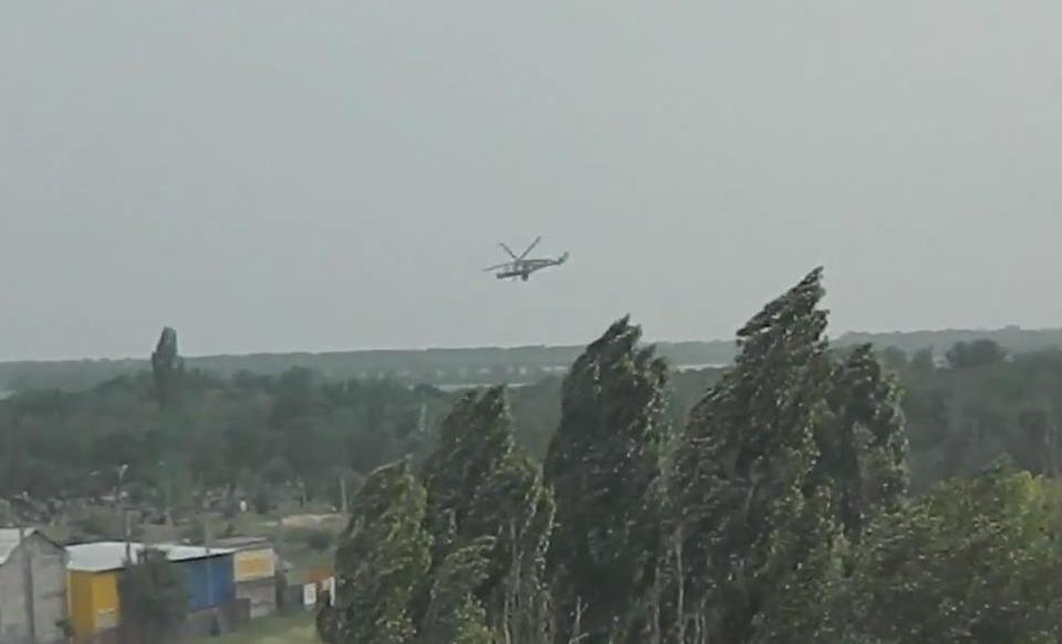 Луганск. Вертолет МИ-24 над городом в мк. Южный 02 06 14..mp4_snapshot_00.12_[2014.11.27_12.58.48]