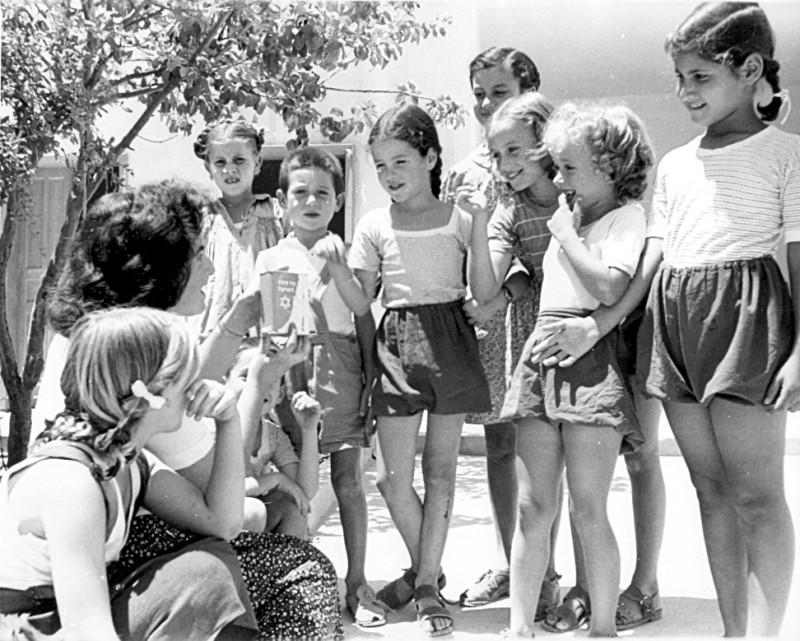 Израиль 50-х Уличный, наливает, Исраэль, прибытию, корабля, выглядывающие, Ливии, годРепатрианты, Мевасерет, молоко, детям, годУчитель, сапожник, БеерШеве, ОбетованнойМолочница, Земле, репатрианты, учительницейНовые, классов, младших