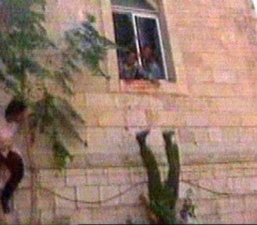 Линч в Рамалле участок, полицейский, израильских, резервистов, 2001го, солдат, окровавленными, участка, руками, полицейского, израильские, спецслужбы, запечатлен, учинившие, ворвавшиеся, Рамаллы, самосудОдин, Абдул, сумели, «прославился»