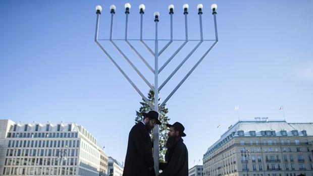li-hanukkah-menorah-620-036.jpg