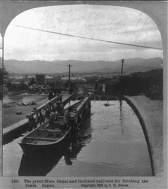 Biwa_Canal_and_inclined_railroad_for_hoisting_the_boats.jpg