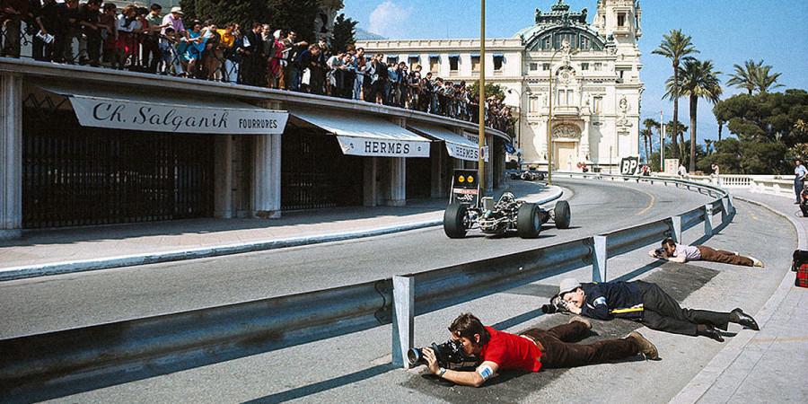 Райнер Шлегельмильх. 1968 год, Гран-при Монако. Фотографы заняли позиции для съемки на подъеме к казино