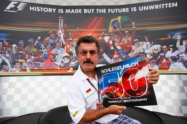 2012 год, Гран-при Сингапура. Райнер Шлегельмильх презентует книгу 50 лет в Формуле-1 в фотографиях