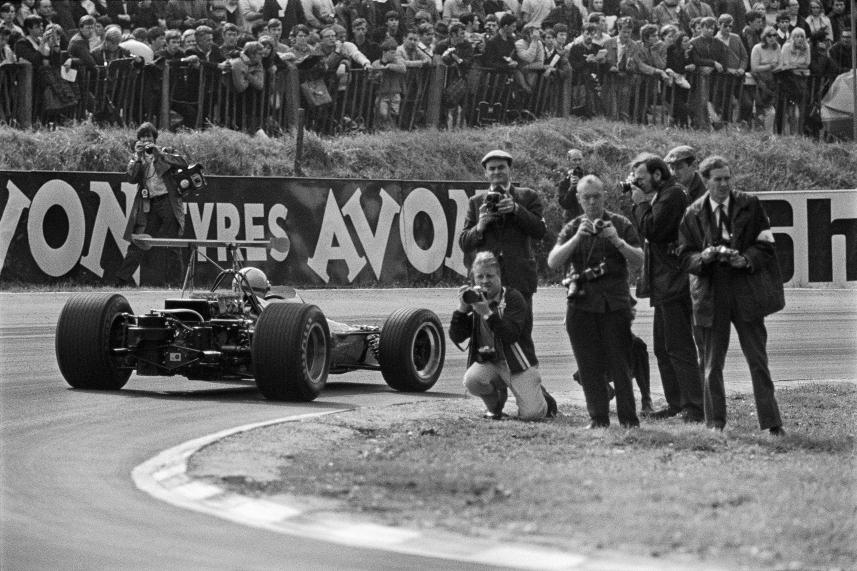 D Hulme (McLaren Ford-Cosworth) passing a group of photographers, Great Britain, Brands Hatch,July 1968