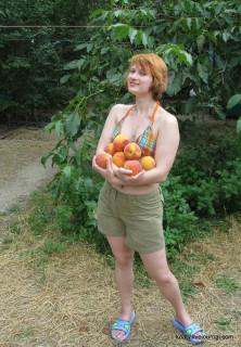 С персиками в Коктебеле.
