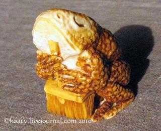 Лягушка с метлой фигурка из бивня мамонта, А.Степаненко