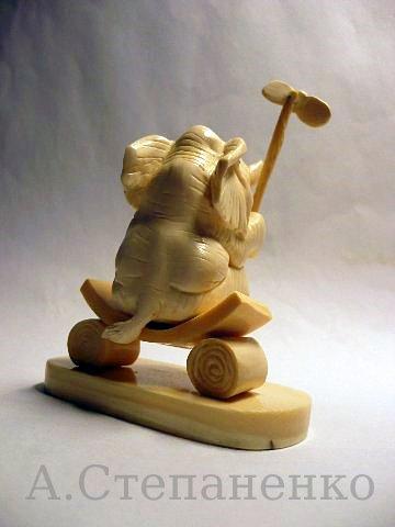 Слоненок с игрушкой