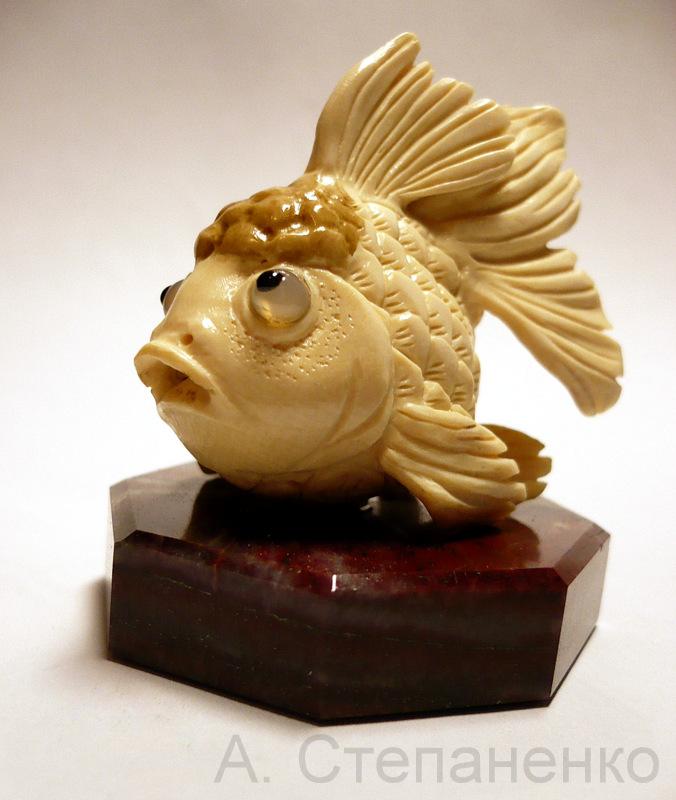 Рыбка из бивня мамонта. Автор А. Степаненко.