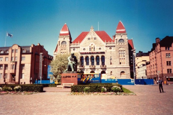 Памятник Алексису Киви. Национальный театр