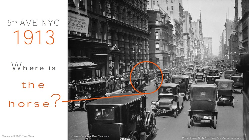 В 1900 году на 5-й авеню в Нью-Йорке множество повозок и всего один автомобиль, а спустя 13 лет - наоборот.