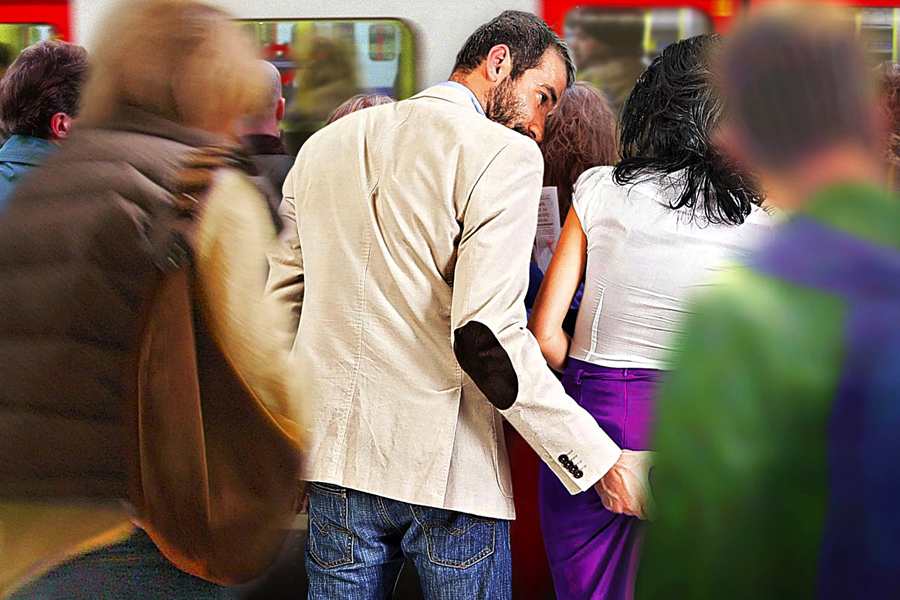 женщина пристает в метро к мужчине - 10