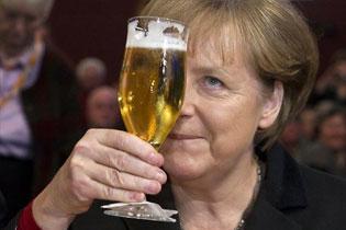Ангела Меркель облита пивом
