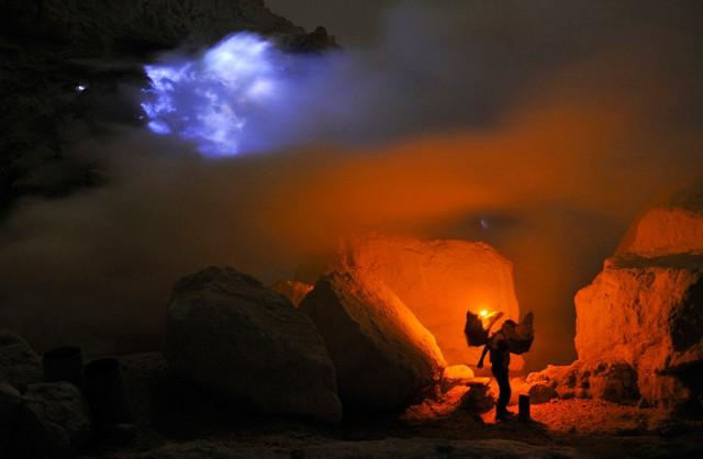 На работу в ад: индонезийские шахтеры работают в действующем вулкане