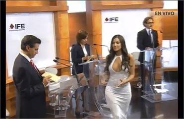 Избирком Мексики в шоке от декольте на теледебатах. Видео