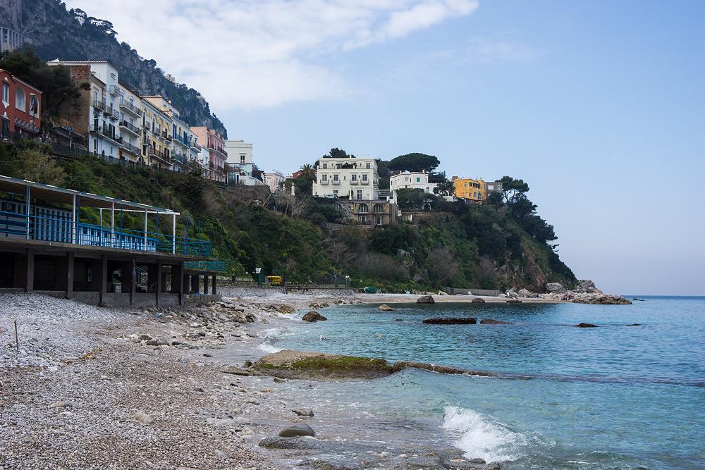 Минут через сорок я приплываю на Капри. Выхожу промочить кроссовки на  шикарный пляж. 42cf226614a41