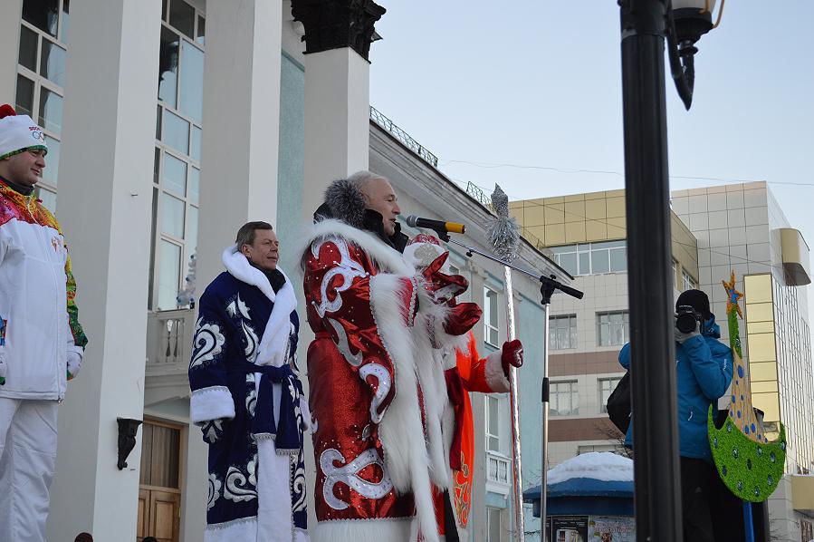Открывает елку главный областной Дед мороз губернатор Магаданской области Владимир Печеный