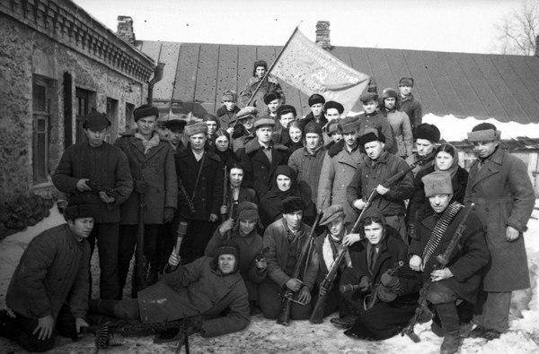 vA-uHqS0wpA.jpg март 1944 Группа партизан отряда Криворожье