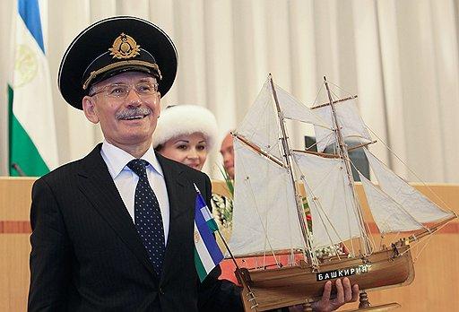 Khamitov_Rustem_Zakievich_2010_07_19_01_vstupil_v_dolzhnost_Rapota_ship_Bashkiria_podaril_Kommersant_Andreev_Maxim