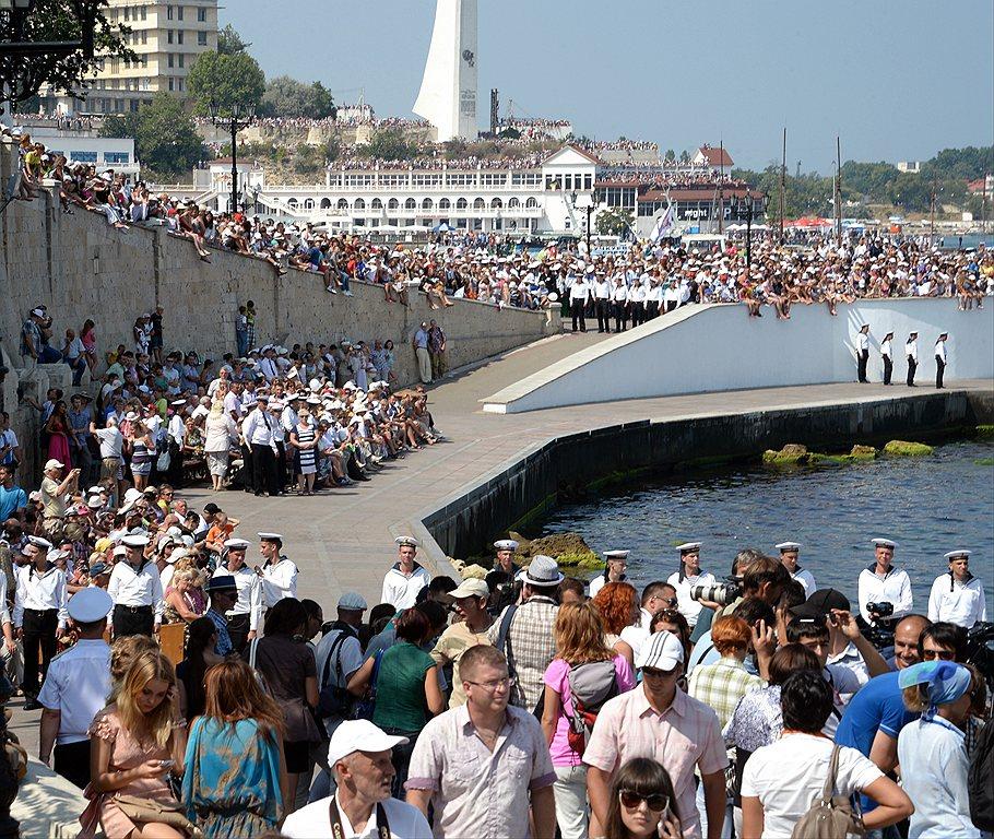 Putin_2013_07_28_Sevastopol_Day_VMF_04_citizens_Kommersant_Dmitriy_Azarov