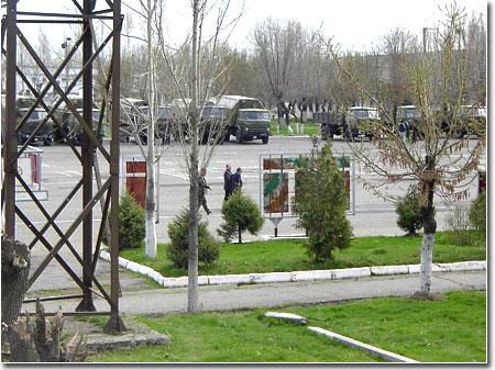 Osh_2005_03_23_garrison_Zapadni_01_trucks