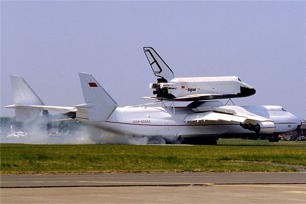 air_An-225_Mria_Le_Bourget_1989_An-225_and_Buran_shuttle_taking_off