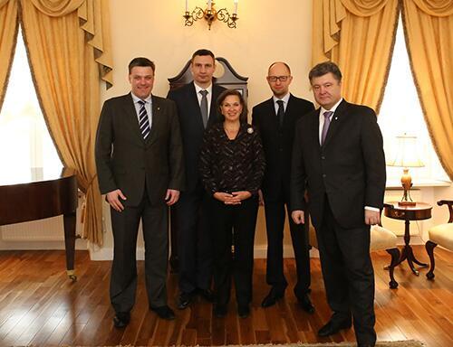 Euromaidan_2014_02_05_Victoria_Nuland_Poroshenko_n_3_leaders_Twitter_GeoffPyatt