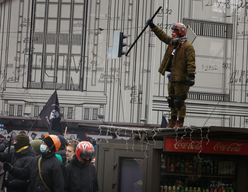 Euromaidan_2014_02_08_Kievlyane_za_chisti_gorod_9_Coca-Cola_man_Euromaidan_fighters_LJ_postum-main
