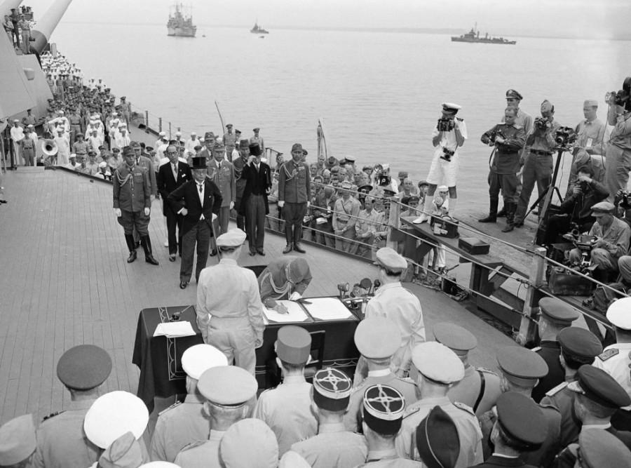 war_1945_09_02_capitulation_act_Missouri_battleship