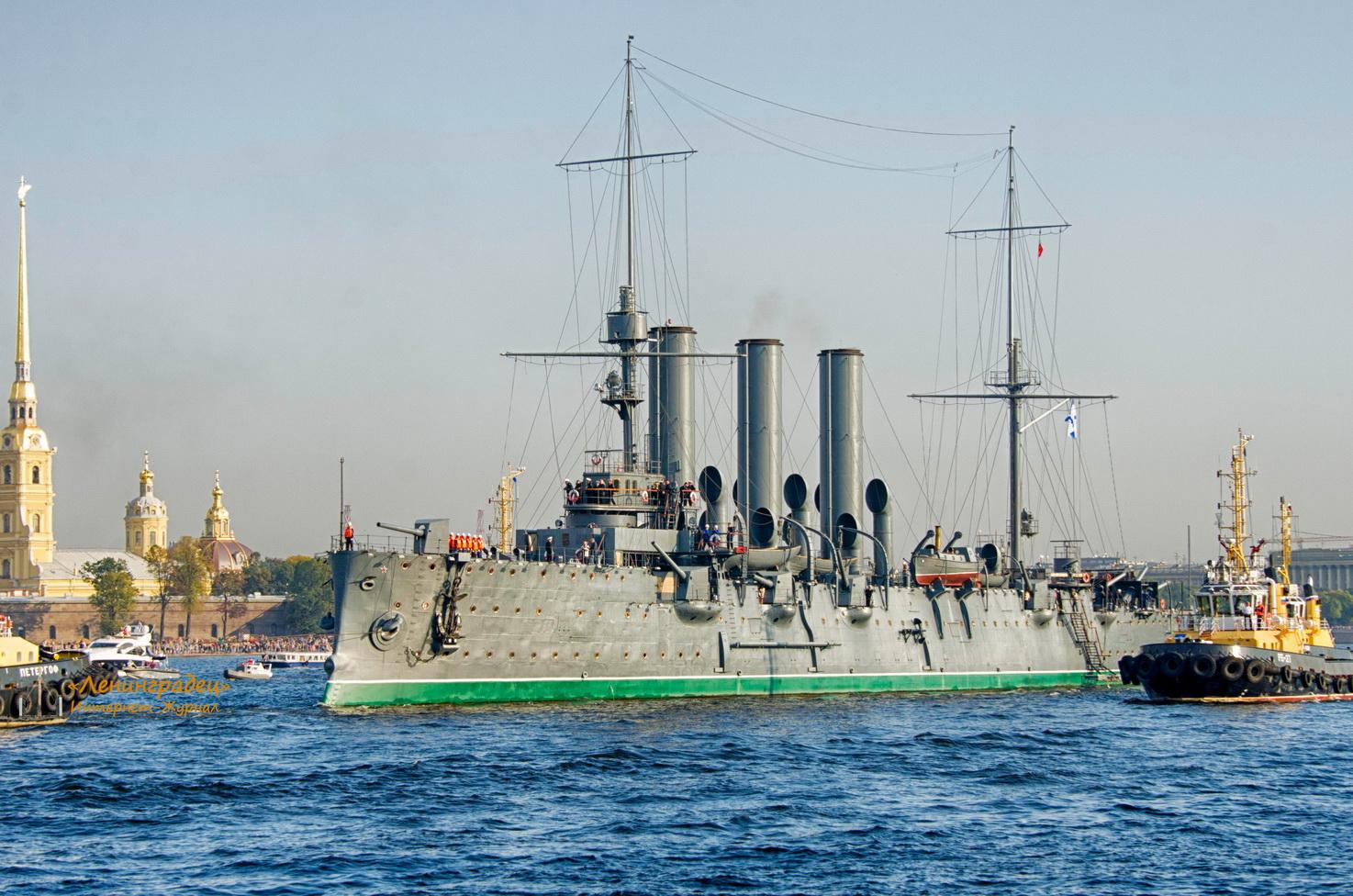 sea_Aurora_cruiser_2014_09_21_to_Kronshtadt_Morzavod_LJ_periskop_08_Petropavlovka_http_news-piter_ru