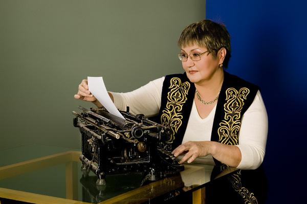 Akhmetova_Laila_Seisembekovna_UNESCO_KazNU_old_printing_machine