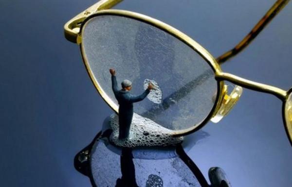 Как качественно почистить стекло очков без использования салфетки
